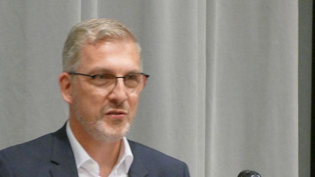 """Der stellvertretende SPD-Fraktionsvorsitzende Christian Bergmann erinnerte daran, dass Huemke ihr ehrenamtliches Engagement mit Herzblut und Leidenschaft ausüber. """"Du lebst Politik!"""". Sie könne als """"Mutti der Fraktion"""" stolz auf das Erreichte sein."""