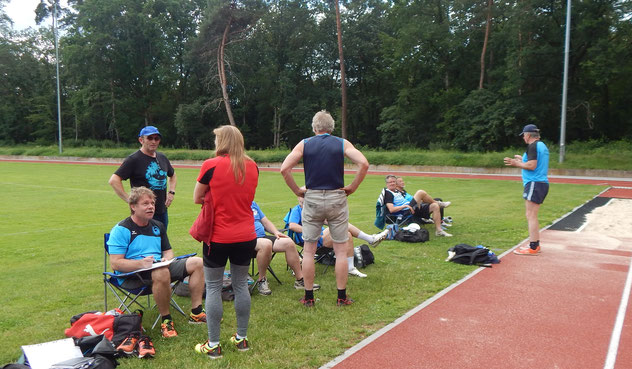 Doe Vorbereitungen - überwiegend sitzend - auf die Sprungswettbewerbe laufen verschärft an.