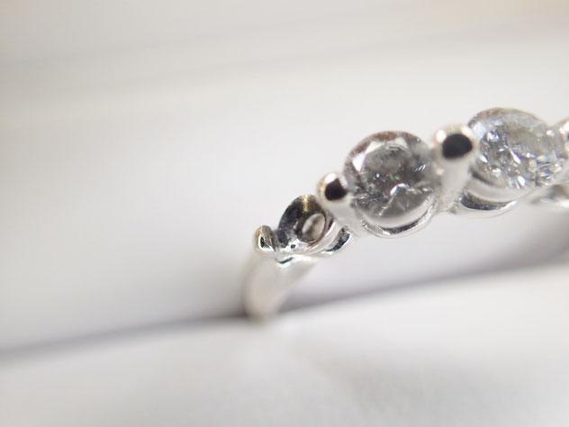 ダイヤが取れてしまった、かわいそうな指輪。私どもで修理できます。