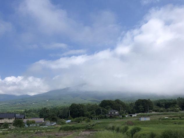 6月21日、ふもとから浅間山方面を見た写真。