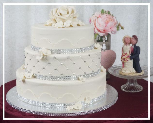 Hochzeitstorte, Wedding cake, Marzipanblüten, Marzipandecke weiß, Marzipanzauber,  Silberperlen,  Lüneburg, Winsen, Hamburg, Buchholz, Soltau, Uelzen
