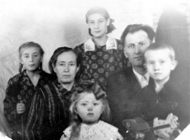 Ida und Jakob Schütz mit Kindern (von links nach rechts) Ida, Aneta, Jakob, die kleine vorne bin ich.