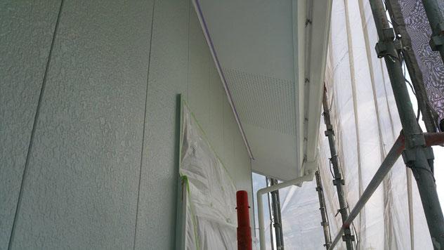 垂井町、関ヶ原町、養老町、大垣市、池田町、揖斐川町、春日村で外壁塗装中の外壁塗装専門店。垂井町表佐で外壁塗装/外壁防水塗装工事の中塗り塗装作業中