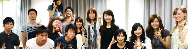 関西大学の生徒さん達と。「論理的な解説と丁寧なリスニング対策の指導は、今まで私が受けたどんな英語の授業よりも有意義なものでした。」など、嬉しいお声を頂きました