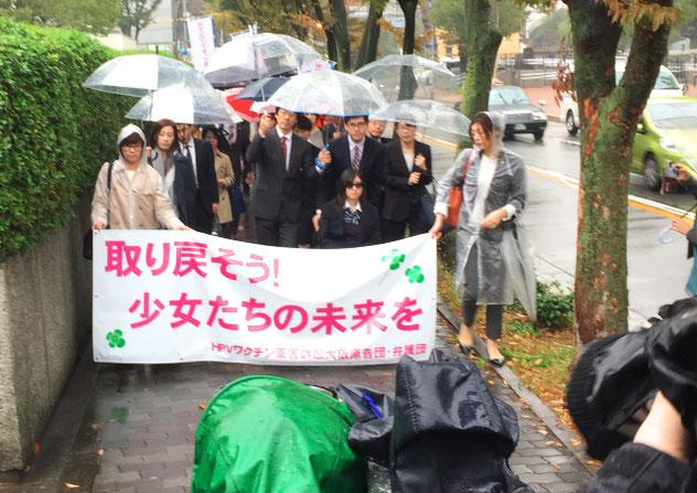 雨の中、大阪地方裁判所に入廷。