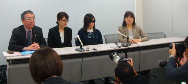 法廷終了後の記者会見。中央右は法廷で意見を陳述した谷口結衣さん。