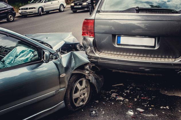 Auffahrunfall. Kleines Auto ist gegen großes Auto gefahren.