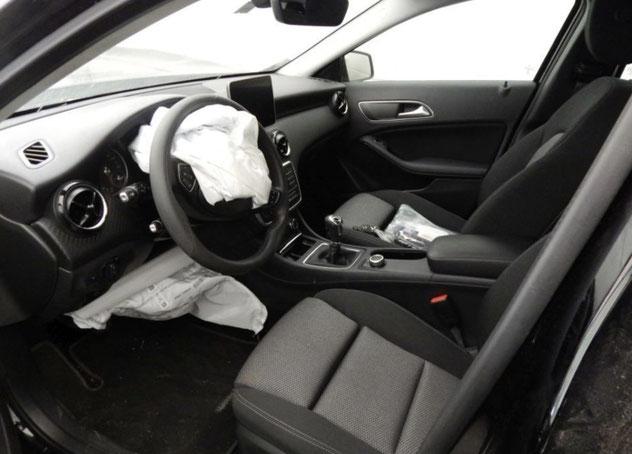 Innenraum eines Autos mit ausgelösten Airbags