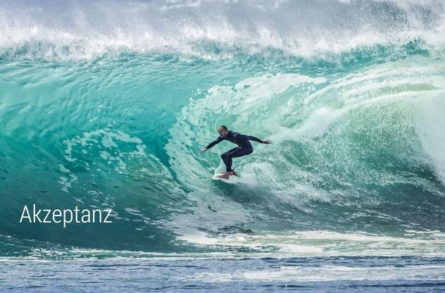 Mit Akzeptanz die Wellen des Lebens reiten