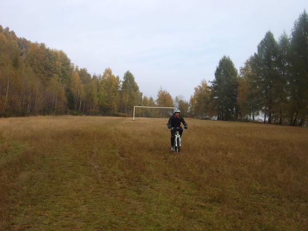 questo campo da calcio lo si attraverserà due volte....il sentiero Freeride inizia poco dopo e con il secondo passaggio