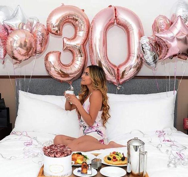 foto de cumpleaños posando en la cama