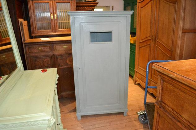 Auf dem Bild sieht man einen kleinen Schrank, der mit der Kreidefarbe Annie Sloan Chalk Paint im Farbton Duck Egg Blue gestrichen wurde. Der Schrank steht im Laden von Nouvelle-Antique in Aachen.
