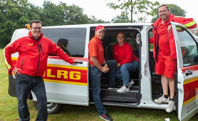 Stolz auf den neuen Bus: Der neue Vorstand mit Kai Jacobsen, Sabine Bachmann und Jan-Christian Paar, zusammen mit dem aus beruflichen Gründen ausgeschiedenen Marvin de Vries (l.), in dessen Amtszeit die Anschaffung des Fahrzeugs fiel.