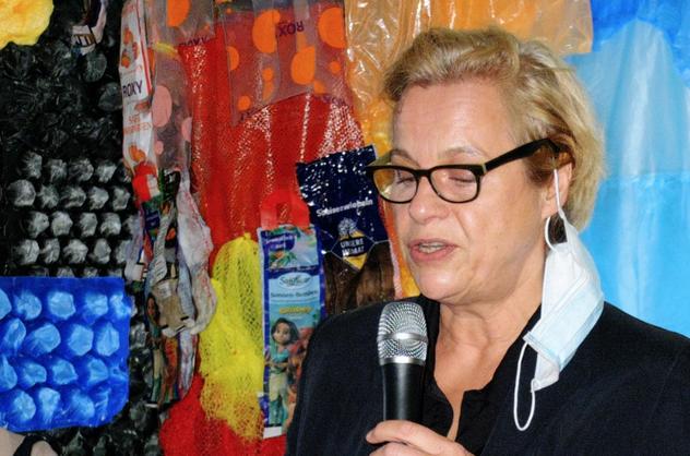 Die TV-Autorin Katrin Brinkmann gab in ihrer Einführung einen Einblick in die Beweggründe der Künstlerin (Foto: Zaft))