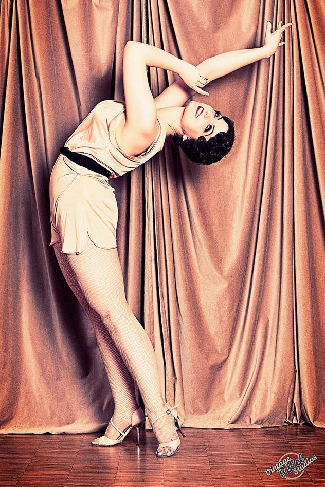 Studioleiterin und Burlesque-Tänzerin Dixie Dynamite unterrichtet eine Burlesque-Pinup-Choreografie in ihrer School Of Burlesque. Burlesque Academy. Burlesqueschule München. Munich School Of Burlesque