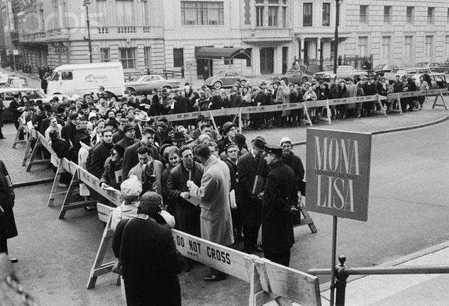 《モナ・リザ》を鑑賞するために並ぶ人々。1963年メトロポリタン美術館の外。