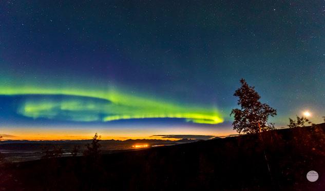 "Bild: aurora borealis seen from Gobblers Knob at the Dalton Highway, Alaska, ""light painting""; www.2u-pictureworld.de"