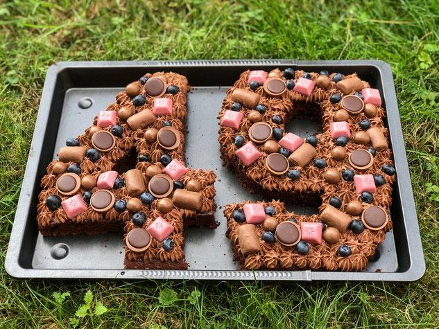 Number Cake oder Zahlenkuchen, einfach zu machen, vegan möglich, als Schoko-Version mit Schokosahne