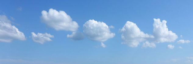 Weiße Wolken an blauem Himmel; mit MediTrigon Freiburg entspannen