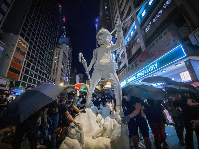 10月4日の抗議デモで現れた香港民主女神像。