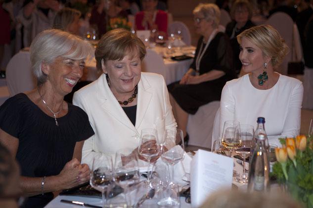 2017年4月にベルリンで開催されたW20会議ガラディナーでのクリスティーヌ・ラガルド、アンゲラ・メルケル、イヴァンカ。