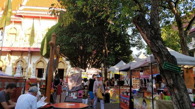 Food court du Sunday Market, dans l'enceinte d'un temple