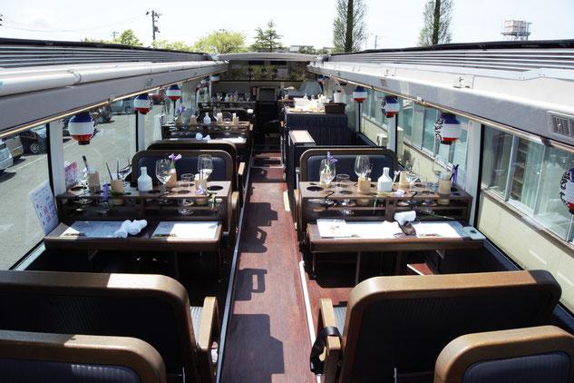 バスの2階は屋根を開けて開放感満載!この日はとびきりいいお天気でした