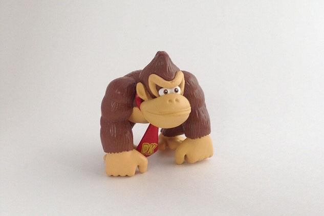 Figurine de Donkey Kong photographiée dans une boîte à lumière avec un iPhone