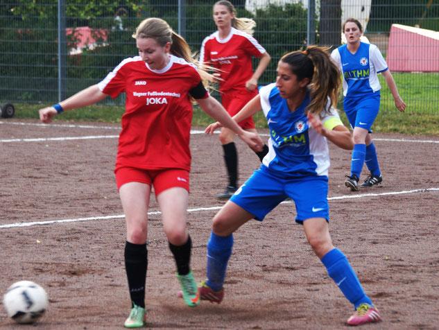 Spielführerin Sarah Wege (links) siegte mit ihrem Team der FSG Ebsdorfergrund 2:0 bei Blau-Weiß Gießen I