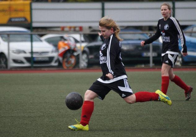 Entschied mit einem Hattrick das Nachbarschaftsderby gegen den FC Weimar II: Romina Rothmeier (am Ball). Im Hintergrund Spielführerin Sarah Wege (Archivfoto)