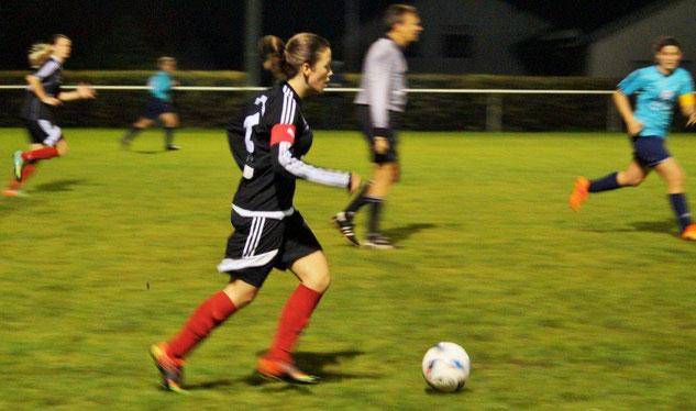 Die FSG Ebsdorfergrund mit Mannschaftsführerin Tessa Eisenberg (am Ball) bezwang in einem Flutlichtspiel den TSV 1848 Hungen mit 5:0