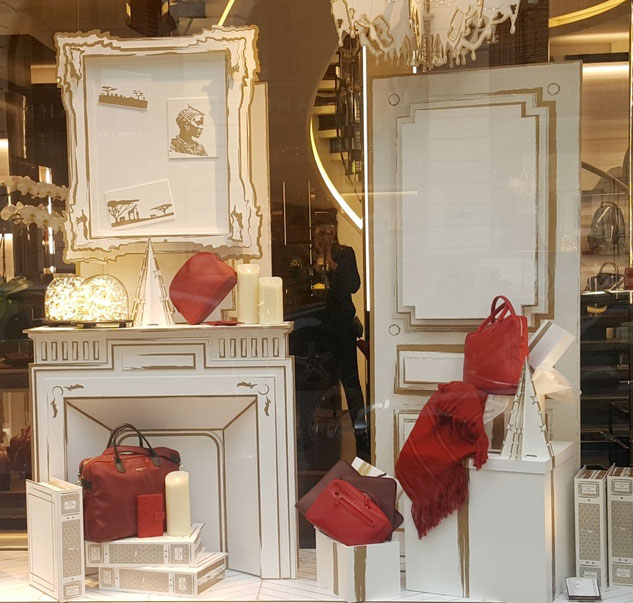 Vitrine maroquinerie Longchamp meubles factices