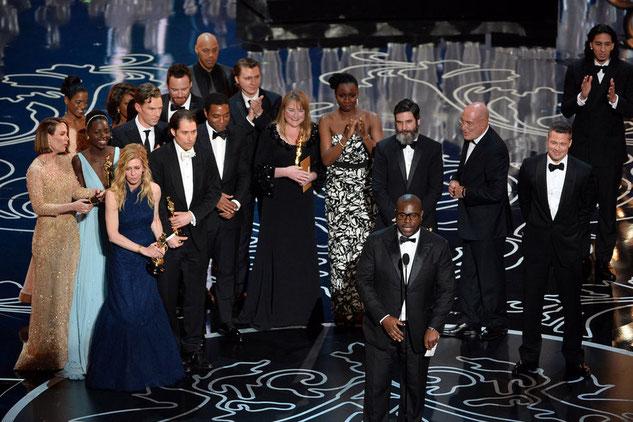 """Elenco """"12 años de esclavitud"""" con la estatuilla a mejor película. Fuente: Kevin Winter, AFP"""