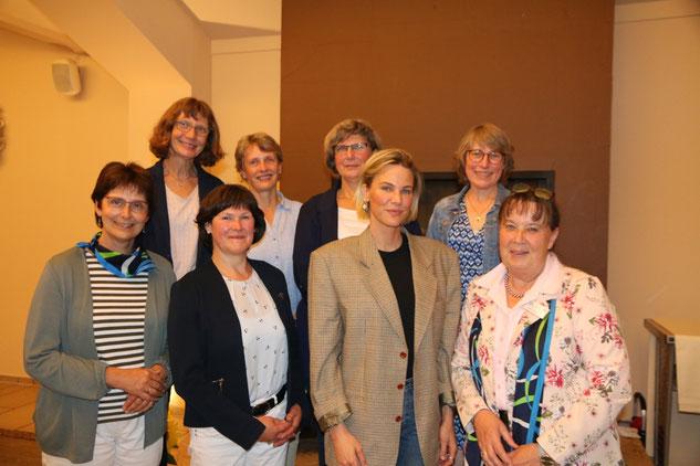 Der Vorstand des Land-Frauen Kreisverbands Segeberg und Leonie von Hase
