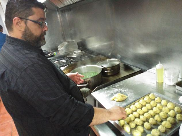 """Bati Bordes (El Marino Rotes) ultima la masa para hacer """"coques tapades o pastissets"""" con hierbas silvestres"""