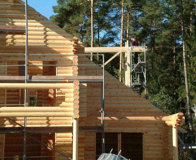 Hier wird ein Rundbohlenhaus montiert - Bild Blockhaus-Profi.de