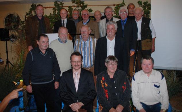 Im Rahmen des 25-jährigen Vereinsjubiläums des AV Joshofen e. V. wurden die Gründungsmitglieder vom Vizepräsidenten des Fischereiverbands Oberbayern e. V. - Mike Seeholzer - und dem 1. Vorstand - Tommy Reil - geehrt.