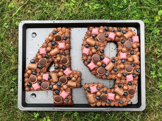 Number Cake, einfach, aus einem Schoko-Blechkuchen, mit Schoko-Schmand-Sahne und viel Deko, vegan möglich, Thermomix