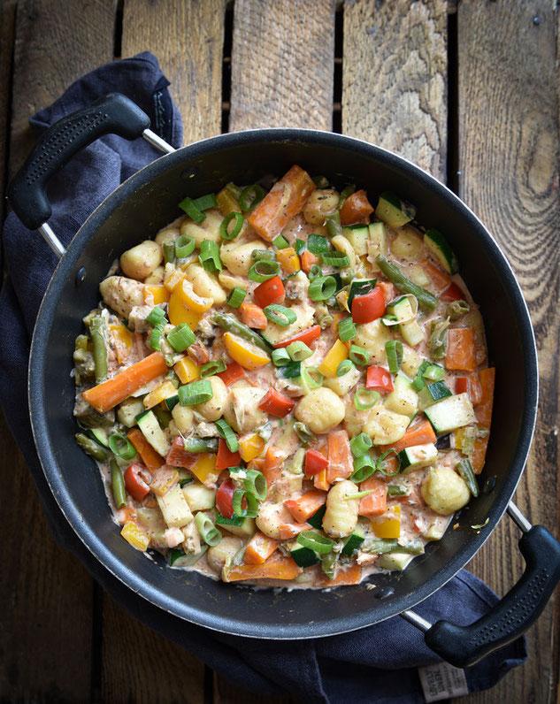 Bunter Gemüse Gnocchi Topf mit viel Gemüse und einer cremigen Soße, All in One Rezept für den Thermomix, vegetarisch, vegan machbar