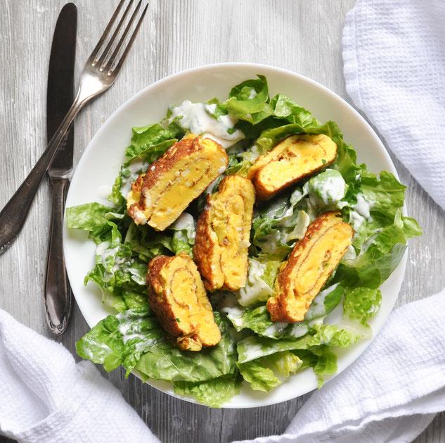Grüner Salat mit Omelette Rollen