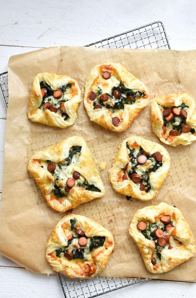 Blätterteig mit Spinat und Würstchen mit Käse überbacken, Snacks, Thermomix