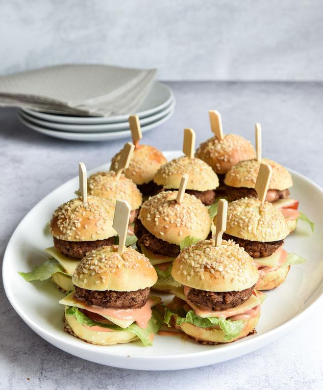 Mini Cheeseburger als Fingerfood auf dem Buffet, vegetarisch, vegan machbar
