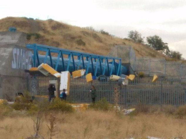 Neveras 'colgadas' de las vallas del Metro junto a la estación de Rivas Urbanizaciones (Foto: Rivas Contaminación Zero)