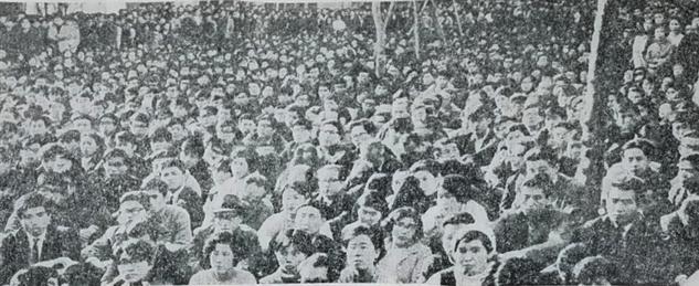 1969年1月20日、寮連合「全共闘」(準)の中川会館封鎖に抗議して、広小路キャンパスいっぱいに集結した学生・教職員/『立命館大学新聞』創刊号(1970年1月12日発行)より