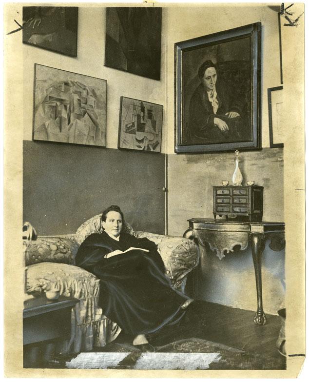 パリのスタインのアトリエ。ピカソによるスタインの肖像画のほか多くの近代美術家の作品が飾られていた。