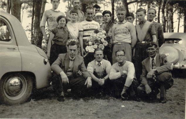 1957: Jef links boven samen met Leo Gijzen en rechts onder zijn vader Harrie Teuwissen. Met schipperspet Swa Teuwissen.