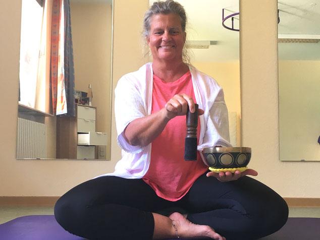 Die Elternschule der Stiftung kreuznacher diakonie bietet an, verschiedene Entspannungstechniken zu lernen. Yoga mit Jutta Thomas ist eine davon.
