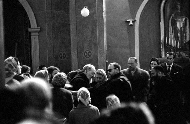 Padre Pio dopo la confessione delle donne