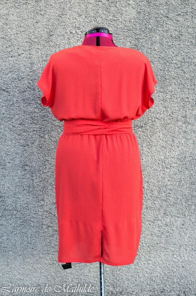 La robe a également une fente en bas dans le dos