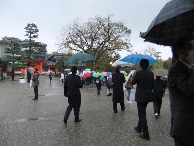 Festival de parapluies devant l'entrée du Sanjūsangen-dō